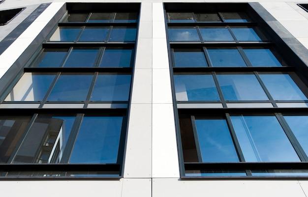Часть фасада дома с панорамными окнами в новом доме.