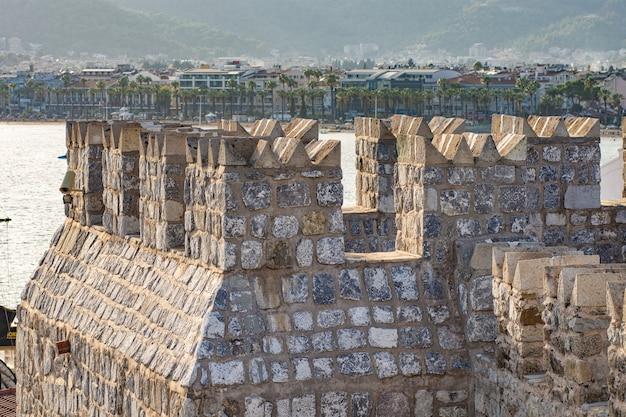 Часть средневекового форта в мармарисе, турция. стены и башни сделаны из крупного грубого камня