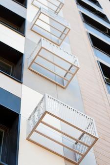 Часть современного фасада строящегося дома с нишами для кондиционирования