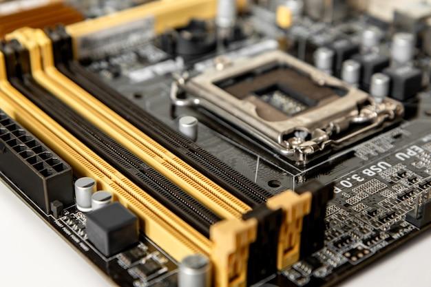 추가 모듈을 수용하기 위한 프로세서 소켓 및 기타 커넥터가 있는 마더보드의 일부입니다.