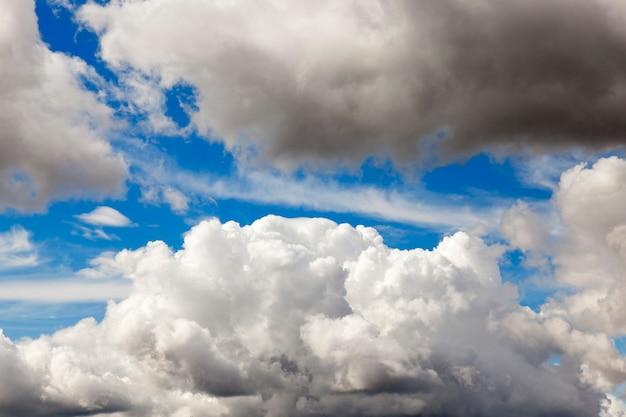 雲の上で撮影された空の一部、フィールドの深さが浅い
