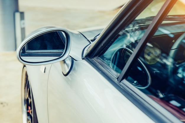 Часть ретро автомобиль крупным планом. красивая выставка транспорта стиля