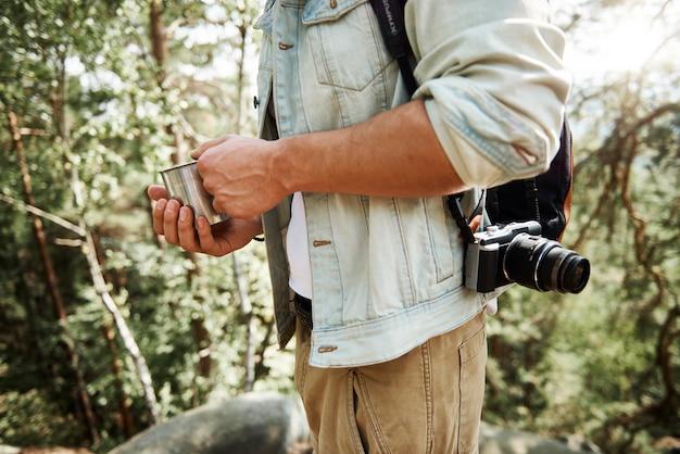 Parte del turista che beve caffè in montagna