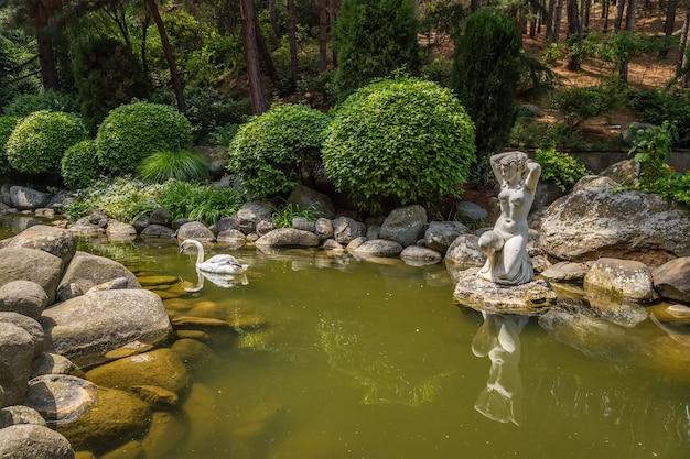 Пруд партенит крым в айвазовском парке райский ландшафтный парк