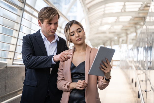 ビジネスの人々が握手parthner関係の概念