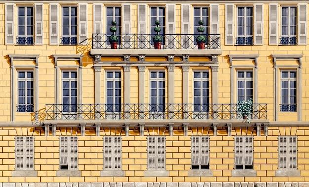 Частичный вид спереди фасада типичного старого французского дома ницца французская ривьера франция