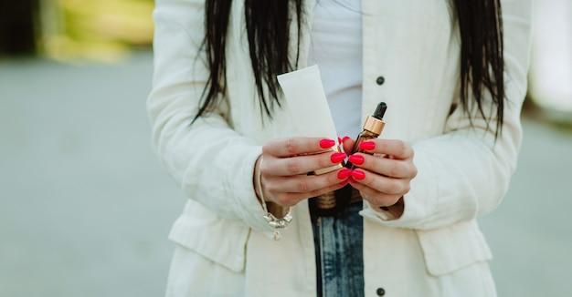 손에 크림을 들고 여자의 부분보기입니다. 여성용 노화 방지 화장품.