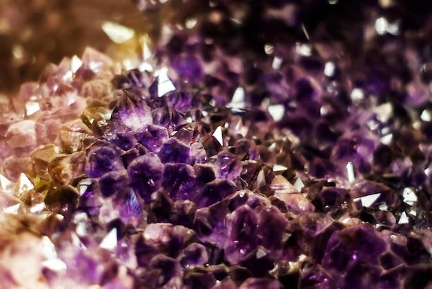 部分的にぼやけた自然の背景-紫のアメジスト結晶のクラスター