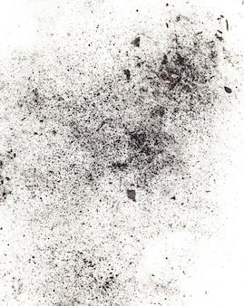 Частицы древесного угля на белом фоне. россыпная косметика