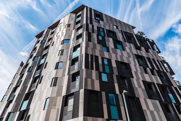 Particolare edificio moderno a milano