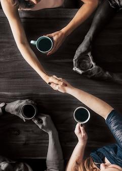 Партнер, пожимая руки в кафе