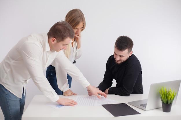 パートナーは会社のオフィスで作業プロジェクトについて話し合います