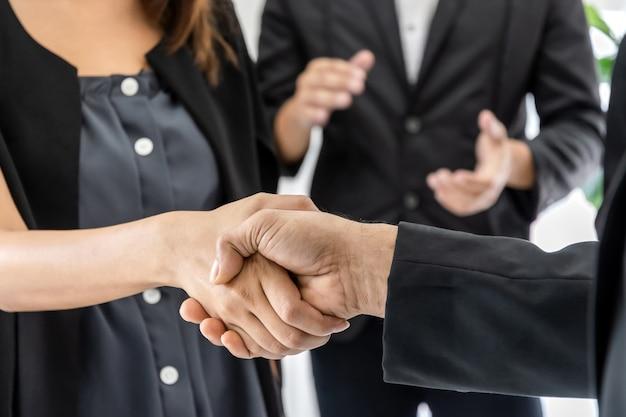 パートナーシップ。ビジネスマン投資家チームは、会議室のオフィス、財務、チームワーク、契約契約の概念の机の上でビジネス会議を終えた後、パートナーとのハンドシェイク取引