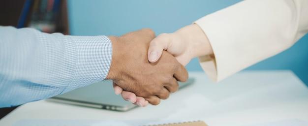 パートナーシップ。パートナーとの2つのビジネスの男性投資家ハンドシェイク契約
