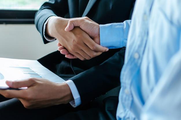 Партнерство. два деловых человека пожимают руку после собеседования в конференц-зале в офисе, поздравление, инвестор, успех, интервью, партнерство, командная работа, финансы, концепция связи