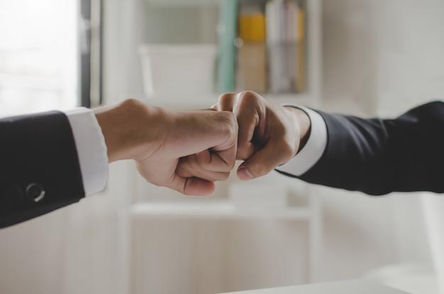 협력 관계. 두 사업가 투자자 손 주먹 부딪 치고 함께 손을 합류
