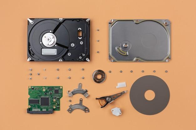 Parti di un disco rigido appartenenti all'hardware del computer, esplose una ad una e disposte