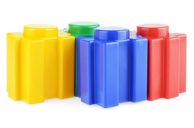 흰색 바탕에 플라스틱으로 만들어진 어린이 건설 키트의 일부입니다. 어린이를위한 밝은 멀티 컬러 생성자.