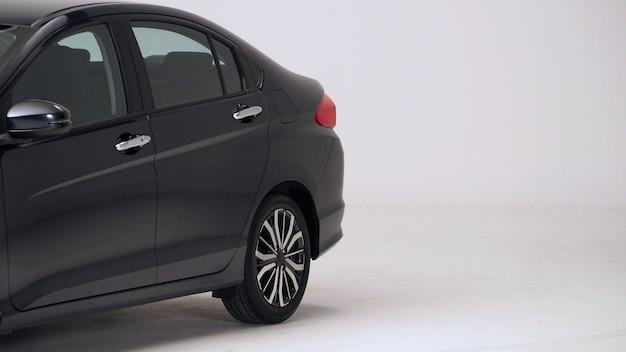 Части автомобильного автомобиля черного цвета, такие как оконное колесо, лампа, зеркало, съемка сбоку