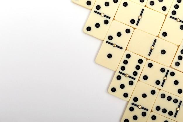 Части игры в домино на белом с копией пространства для текста. фон домино.