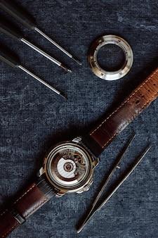 플라이휠이 있는 기계식 손목시계 부품 및 후면 덮개가 열린 자동 하위 공장