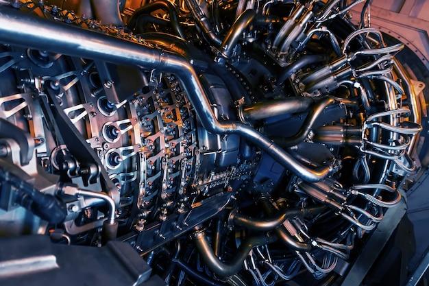 Детали действующего газотурбинного двигателя реактивного самолета
