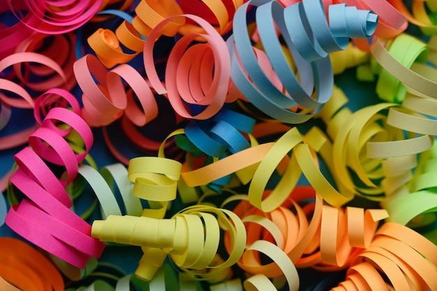 Партия фон с красочными растяжки для празднования дня рождения. пространство с рассеянным конфетти.