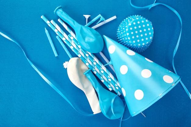 パーティーの青い紙の帽子。
