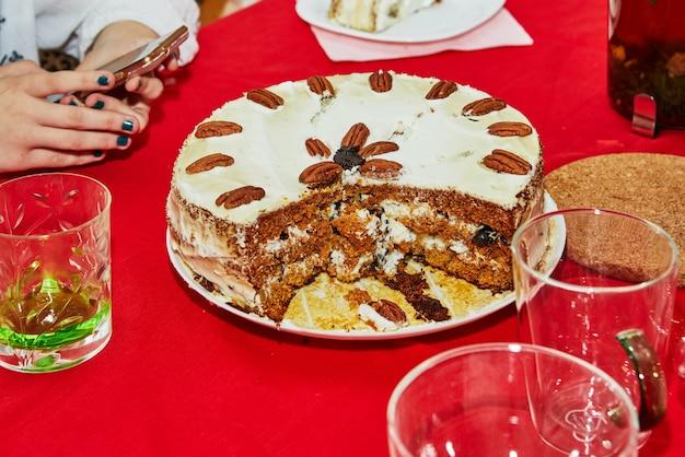 パーティーケーキ、テーブルの上でナイフで細かく切る