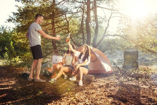 パーティー、森での男女グループのキャンプ