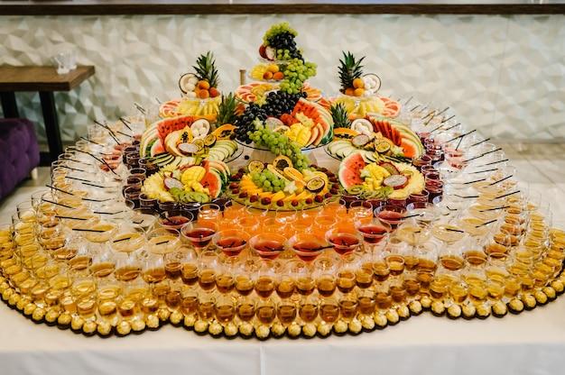 파티 다채로운 칵테일, 마티니 잔, 과일로 장식된 긴 음료, 다이어트 개념, 깨끗한 식사. 우아한 안경에 알코올 음료와 칵테일.