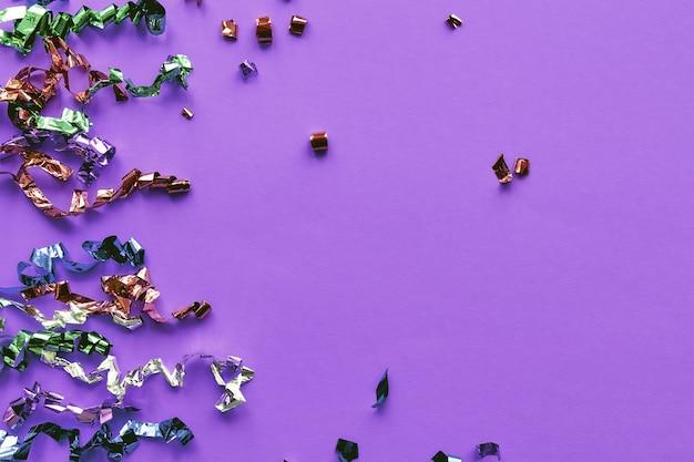 파스텔 종이 배경 위에 파티 화려한 색종이. 반짝임, 반짝이, 반짝이 프레임. 평면 위치, 평면도, 복사 공간 배너.