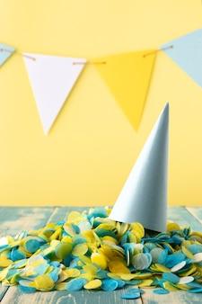 파티 콘 모자와 색종이