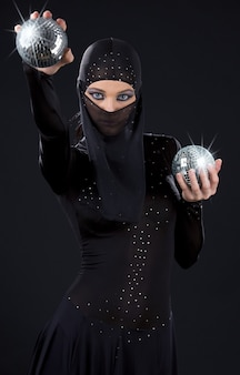 ディスコボールと忍者ドレスのパーティーダンサー