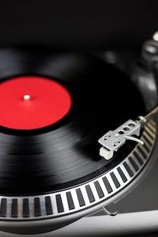 파티 dj 턴테이블. 나이트 클럽에서 콘서트를위한 아날로그 무대 오디오 장비. 비닐 레코드에서 믹스 음악 트랙을 재생합니다. 턴테이블 니들 카트리지가 비닐 디스크를 긁습니다. 축제를위한 dj 설정