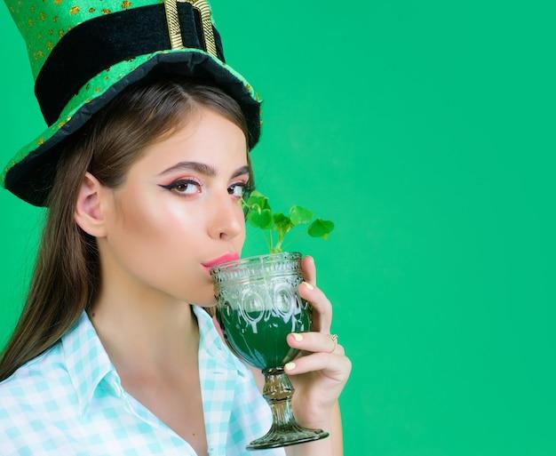 맥주와 함께 그린 스타일에서 패트릭 데이 핀 업 여자 파티 소녀.