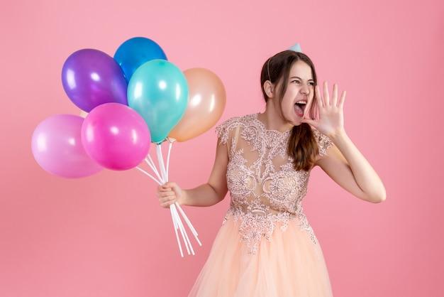핑크에 풍선을 들고 파티 모자 소리와 파티 소녀