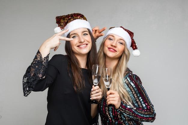 안경에 음료와 함께 산타 모자에 파티 소녀.