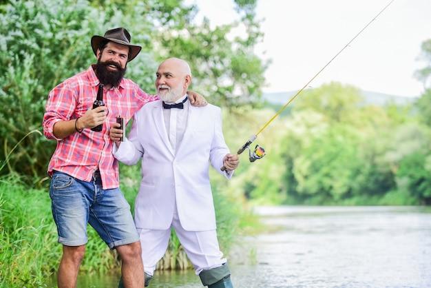 파티 가자. 취미 및 스포츠 활동. 낚싯대를 든 두 명의 어부. 은퇴한 사업가. 남자 우정. 성숙한 남자 피셔는 은퇴를 축하합니다. 여름 가족 주말. 아버지와 아들 낚시.