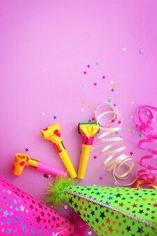 ピンクの背景にパーティーハット