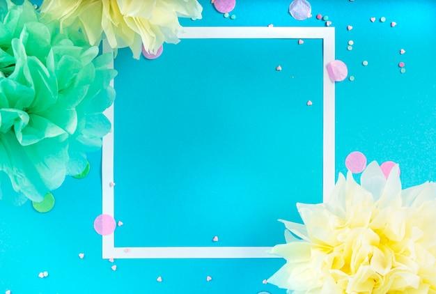 青い背景にリボン、星、誕生日のキャンドル、紙吹雪とパーティーの休日の背景。スタジオ写真