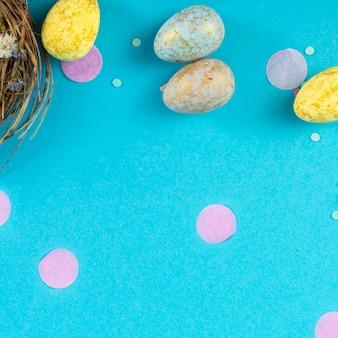 Поверхность праздника вечеринки с лентой, звездами, свечами на день рождения и конфетти на синей поверхности