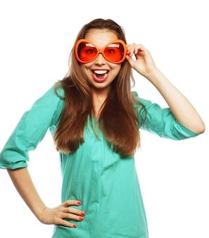 파티 이미지입니다. 파티 안경 장난 젊은 여자. 좋은 시간을 위한 준비.