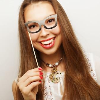 파티 이미지입니다. 파티 안경을 들고 쾌활한 젊은 여성. 좋은 시간을 위한 준비.