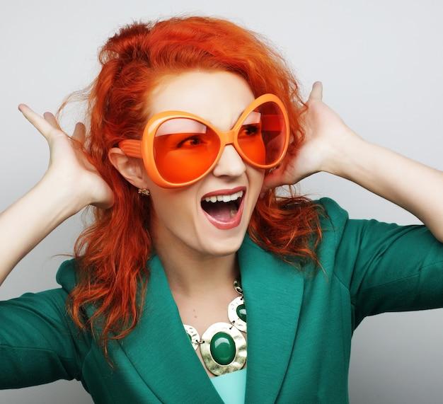 파티 이미지입니다. 파티 안경을 들고 쾌활한 젊은 여성. 좋은 시간을 보낼 준비가 되었습니다.