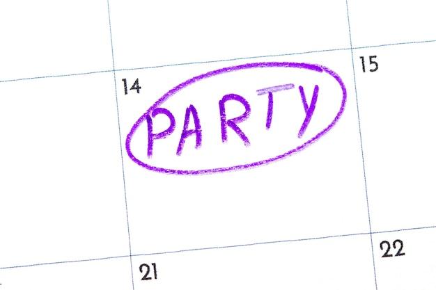 「パーティー」とは、カレンダーに黒のマーカーで書かれたテキストです。