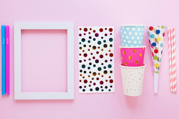 Партийные предметы на розовом фоне плоской планировки
