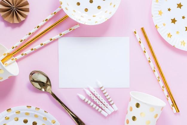 Articoli per feste su sfondo rosa piatto laici