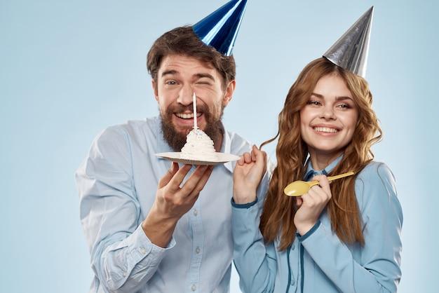 パーティーの男性と女性の誕生日ケーキ企業の楽しい青い背景。高品質の写真