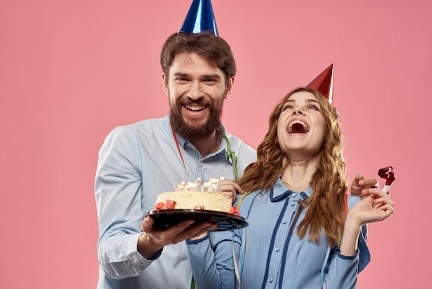 パーティーの男性と女性の企業ピンクの楽しいケーキキャップ